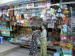 souvenir stall at Kyaiktyio site